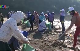 Quảng Nam xử lý dầu vón cục trôi vào bờ biển