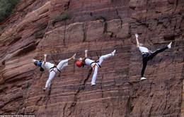 Tập Yoga giữa... vách núi