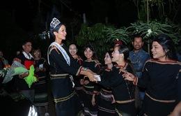 Hoa hậu Hoàn vũ H'Hen Niê về thăm buôn làng