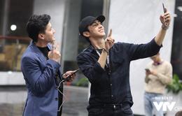 """Hai hot boy """"Tình khúc Bạch Dương"""" tung hứng ở hậu trường buổi tập Táo quân 2018"""