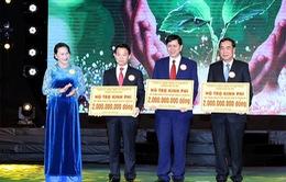 Chủ tịch Quốc hội Nguyễn Thị Kim Ngân dự chương trình Vòng tay nhân ái