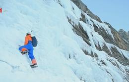 Chàng trai mạo hiểm leo thác nước đóng băng 300m