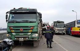 Hai xe tải đâm nhau khiến 2 người thương vong trên cầu Thăng Long