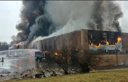 Mỹ: 100 nhân viên cứu hỏa tham gia chữa cháy tại nhà máy giấy