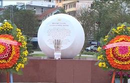 Lễ dâng hương và đặt vòng hoa tưởng niệm Tiểu đội 11 cô gái sông Hương