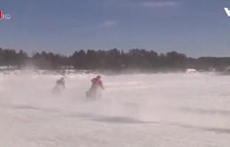 Mỹ: Đua mô tô trên mặt hồ đóng băng để thử thách bản thân