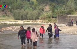 Cầu Đăk Pam sập 8 năm không sửa, dân liều mình lội suối