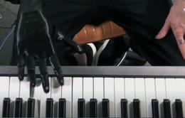 Bàn tay giả giúp người tàn tật chơi đàn
