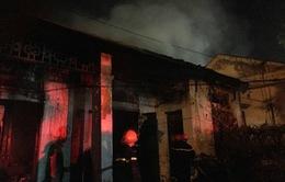 Nghệ An: Khu nhà tập thể cũ gần cây xăng bốc cháy trong đêm