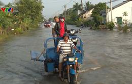 Dịch vụ chở xe máy qua đường ngập đắt hàng