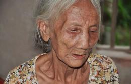 Xót thương mẹ già 85 tuổi bất lực nhìn 2 con tâm thần đánh nhau