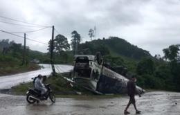 Xe tải lật nhào khi xuống dốc cua trên đường Hồ Chí Minh