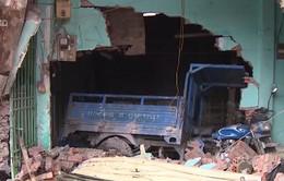 TP.HCM: Xe container đâm sập 7 nhà dân
