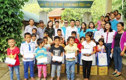 Tặng quà cho học sinh có hoàn cảnh khó khăn ở miền Tây Nghệ An