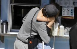 Con gái Johnny Depp không ngừng hôn môi bạn trai trên phố