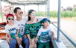 Vợ chồng ca sĩ Đăng Khôi vui vẻ đi du lịch cùng hai con