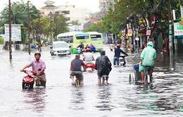 TP.HCM: Nhiều phương tiện bị ùn ứ do mưa lớn