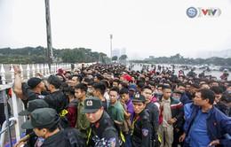 VIDEO: Hàng rào sân Mỹ Đình lao đao trước sóng người xếp hàng mua vé