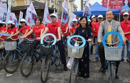 Bộ trưởng Bộ Y tế đạp xe kêu gọi người dân phòng chống đái tháo đường