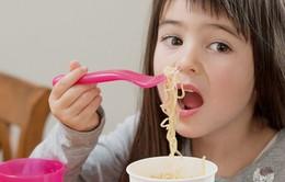 Nguy cơ bị bỏng từ mì ăn liền đối với trẻ em