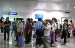 Khách nước ngoài sống ở sân bay Tân Sơn Nhất gần 2 tháng