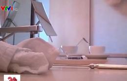 Dùng khăn bẩn lau cốc, hàng loạt khách sạn hàng đầu tại Trung Quốc bị điều tra
