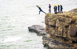 Du lịch mạo hiểm hút khách: Nhảy từ vách núi xuống Đại Tây Dương
