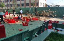 TP.HCM: Sập giàn giáo sân khấu, 25 học sinh nhập viện