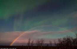 """Cực quang và cầu vồng mặt trăng """"siêu hiếm"""" cùng lúc xuất hiện tại Thụy Điển"""