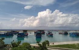 TT Hậu cần kỹ thuật đảo Sinh Tồn đưa hàng trăm ngư dân chống bão số 9 an toàn