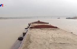 Phổ biến tình trạng thuyền chở quá tải trên sông Hồng