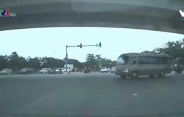 Xe khách vượt đèn đỏ - nguy hiểm khôn lường