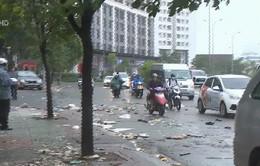 Sau bão số 9, rác thải bịt kín cống thoát nước