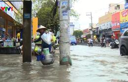 Cuộc sống của người dân TP.HCM đảo lộn do ngập sau mưa lớn