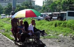 Cuộc mưu sinh nguy hiểm với đường ray tàu của người nghèo ở Manila, Phlippines