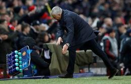 """Trút giận lên chai nước, Mourinho sắp bị UEFA """"sờ gáy"""""""