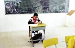 Học sinh ung thư bị cách ly ngồi cuối lớp do giáo viên sợ lây bệnh cho các bạn