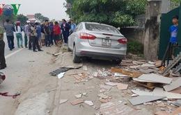 Ô tô mất lái lao lên vỉa hè tông 2 người nhập viện