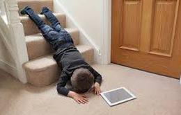 Những điều phụ huynh cần biết khi trẻ té ngã