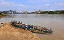 Khai thác cát sạn trái phép trên sông Thạch Hãn