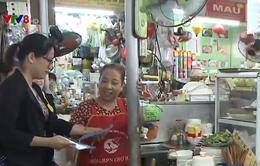 Phụ nữ tham gia tuyên truyền an toàn thức ăn đường phố