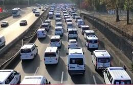 Pháp: Hàng trăm xe cứu thương gây tắc đường cao tốc