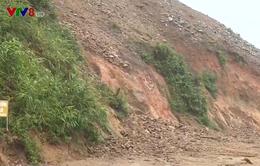 Thừa Thiên Huế: Mưa lớn gây xói lở, ách tắc giao thông