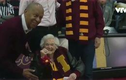 Món quà đặc biệt cho CĐV nhiệt thành tại giải bóng rổ NCAA