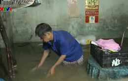 Mưa lớn kéo dài, người dân Đà Nẵng vật lộn với ngập lụt