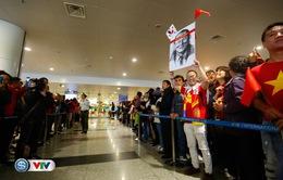 VIDEO: Đông đảo người hâm mộ đón ĐT Việt Nam tại sân bay Nội Bài