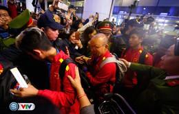 VIDEO: CĐV cuồng nhiệt đón chào ĐT Việt Nam về nước