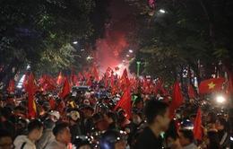 Sung sướng tột cùng, người dân đổ ra đường ăn mừng chức vô địch AFF Cup 2018