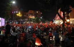 ĐT Việt Nam đặt một chân vào chung kết AFF Cup, CĐV đổ ra đường vui như trẩy hội