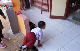 Cậu bé Indonesia bò đến trường bằng tay gần 6km